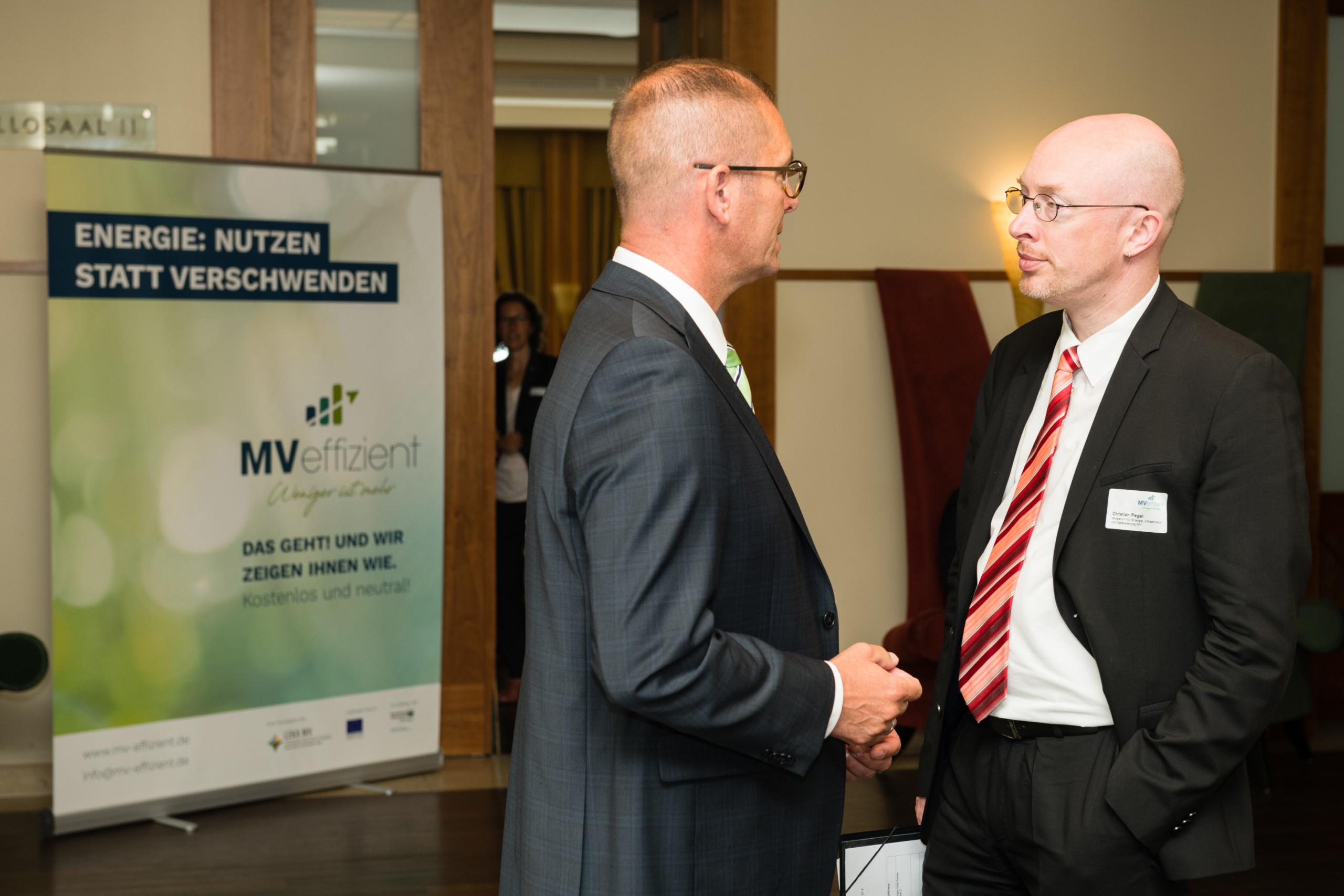 BU: Energieminister Christian Pegel (r.) u. Geschäftsführer der LEKA MV, Gunnar Wobig (l.) geben den Startschuss für die Kampagne MVeffizient (Foto: LEKA MV/Margit Wild)