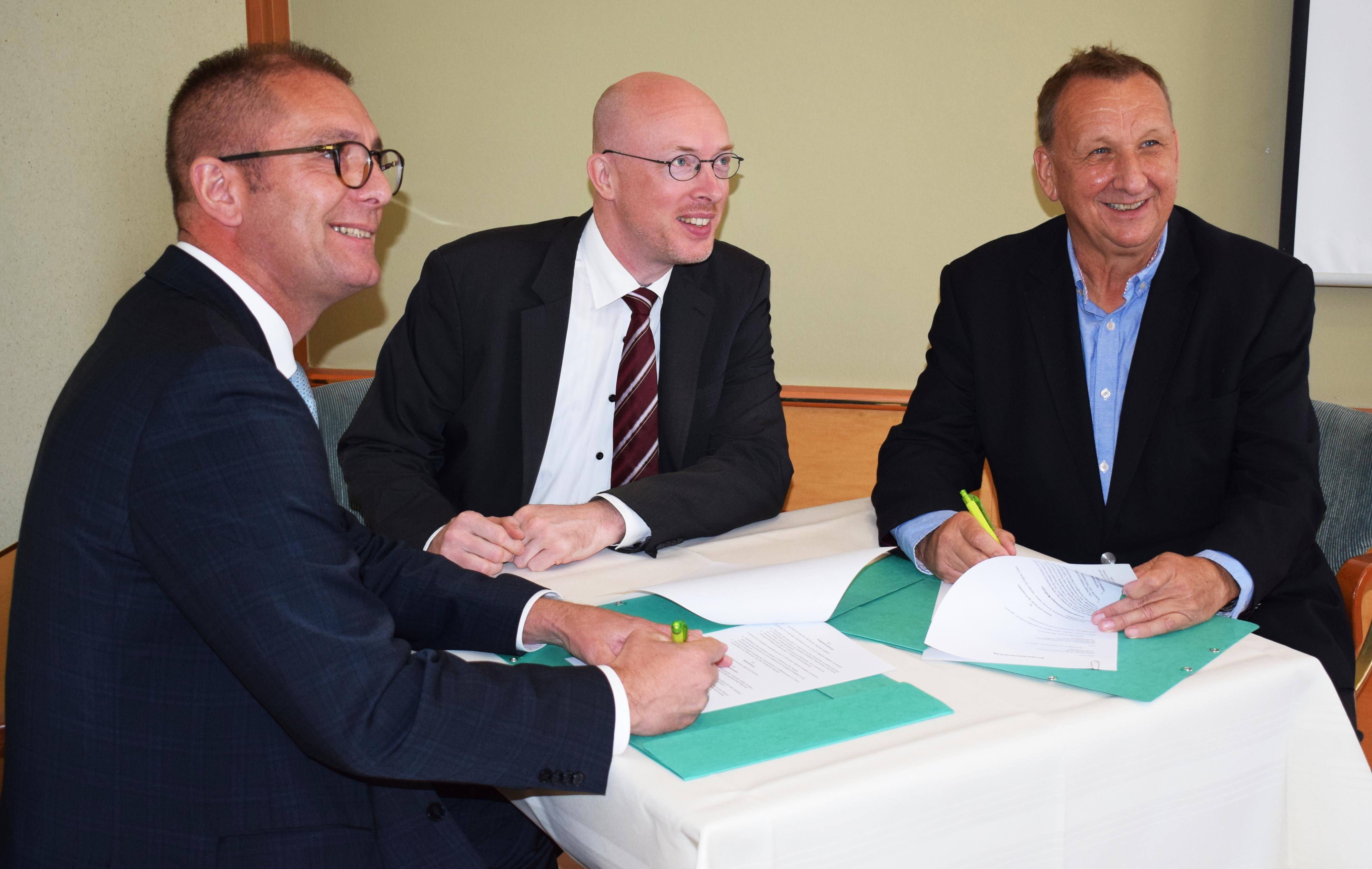 Gunnar Wobig, Geschäftsführer der LEKA MV; Christian Pegel, Energieminister Mecklenburg-Vorpommern, Gerold Jürgens, Präsident des Unternehmerverbandes Vorpommern e.V. beim Unterschreiben der Kooperationsvereinbarung.
