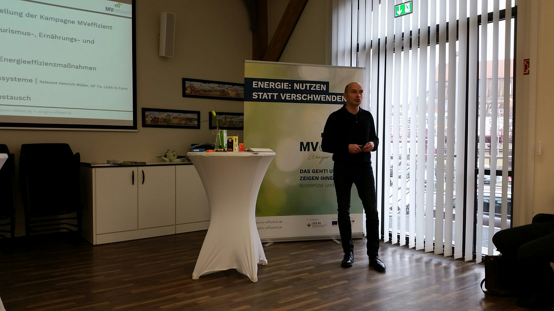 BU: Technischer Berater Arne Rakel zeigt Wismarer Unternehmern Fördermöglichkeiten für energieeffiziente Beleuchtung auf (Foto: LEKA MV)