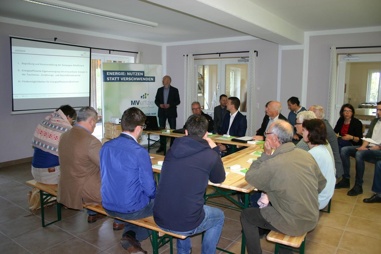 BU: Unternehmer informieren sich beim MVeffizient-Stammtisch im Ferienpark Seehof zum Thema Eigenversorgung mit erneuerbaren Energien (Foto: Peter Täufel)