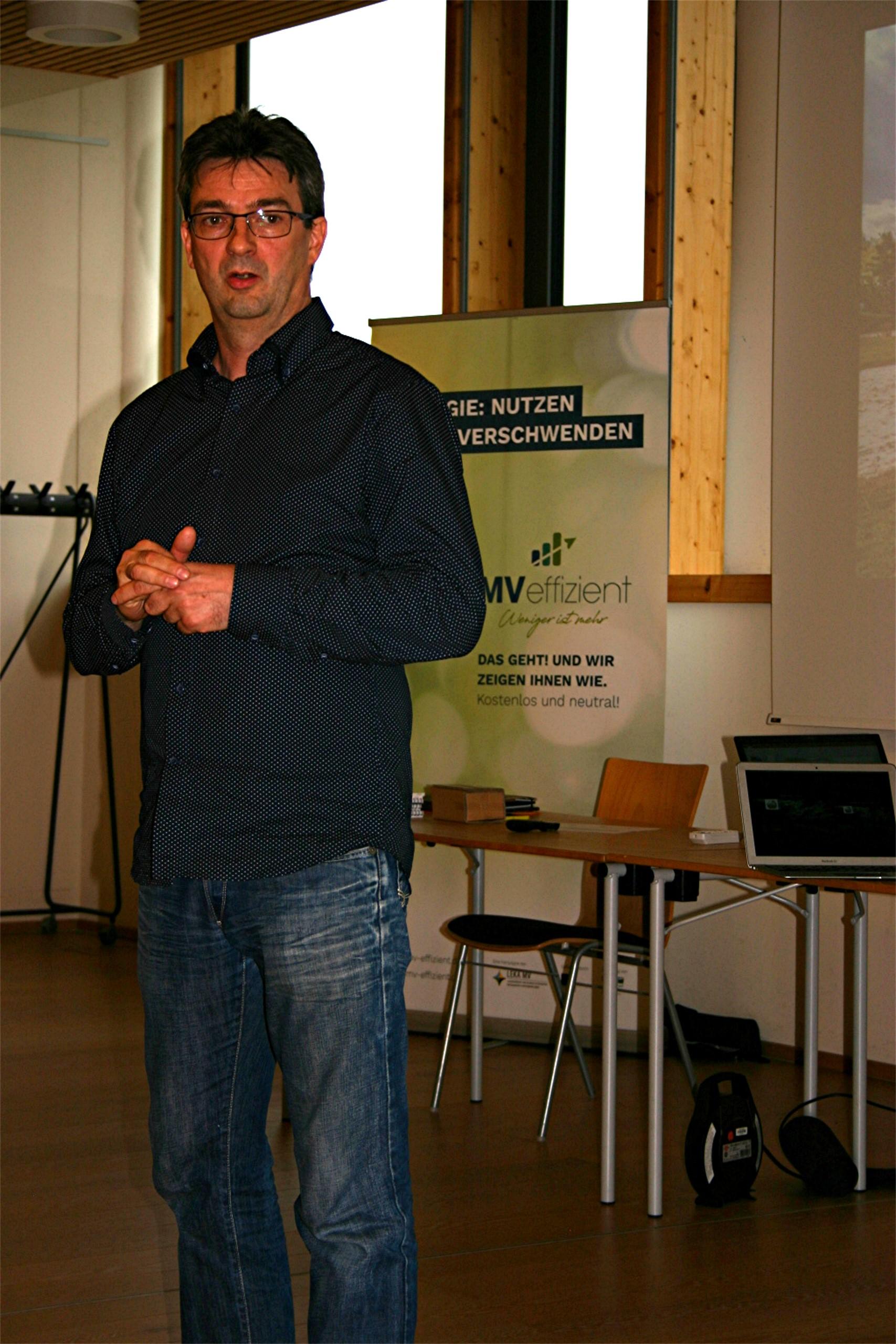 BU: Dirk Klein berichtet von der autarken Energieversorgung im Haffhus Ueckermünde (Foto: MVeffizient/Peter Täufel)