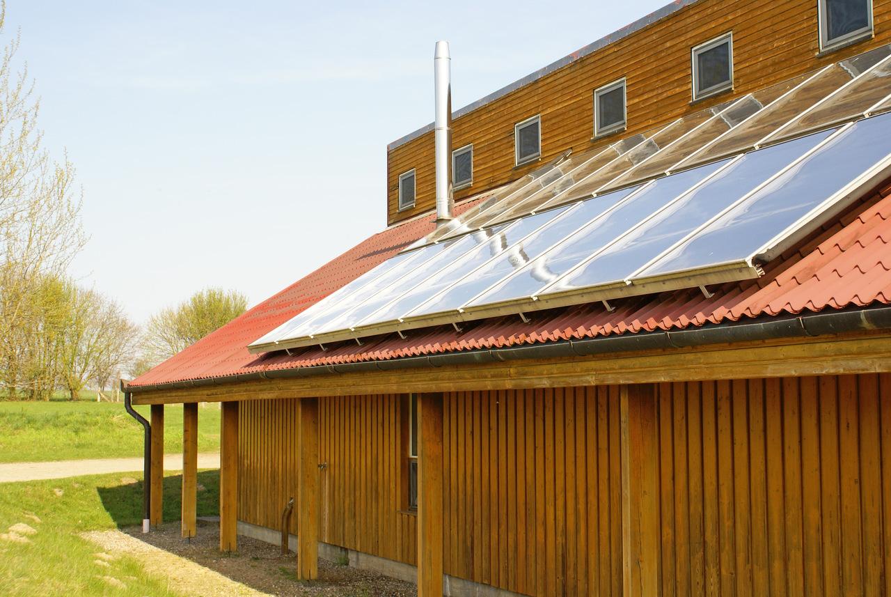 BU: Solarkollektoren sorgen für Warmwasser und Holzvergaser für eine warme Heizung. In Zukunft will der Ferienpark auch seinen Strom zu 100 % selbst aus erneuerbaren Energien erzeugen (Foto: Campingplatz Seehof GmbH)