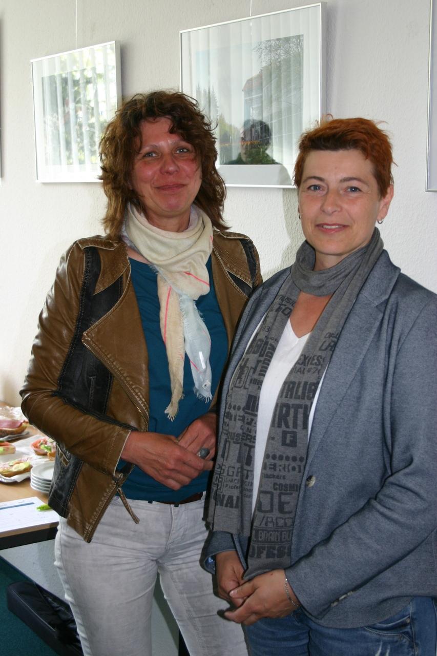 BU: Katrin von Wilcke und Silke Ebeling (v. l.) vom Unternehmungsnetzwerk RUN informieren sich beim MVeffizient-Stammtisch über Fördermittel (Foto: Peter Täufel)