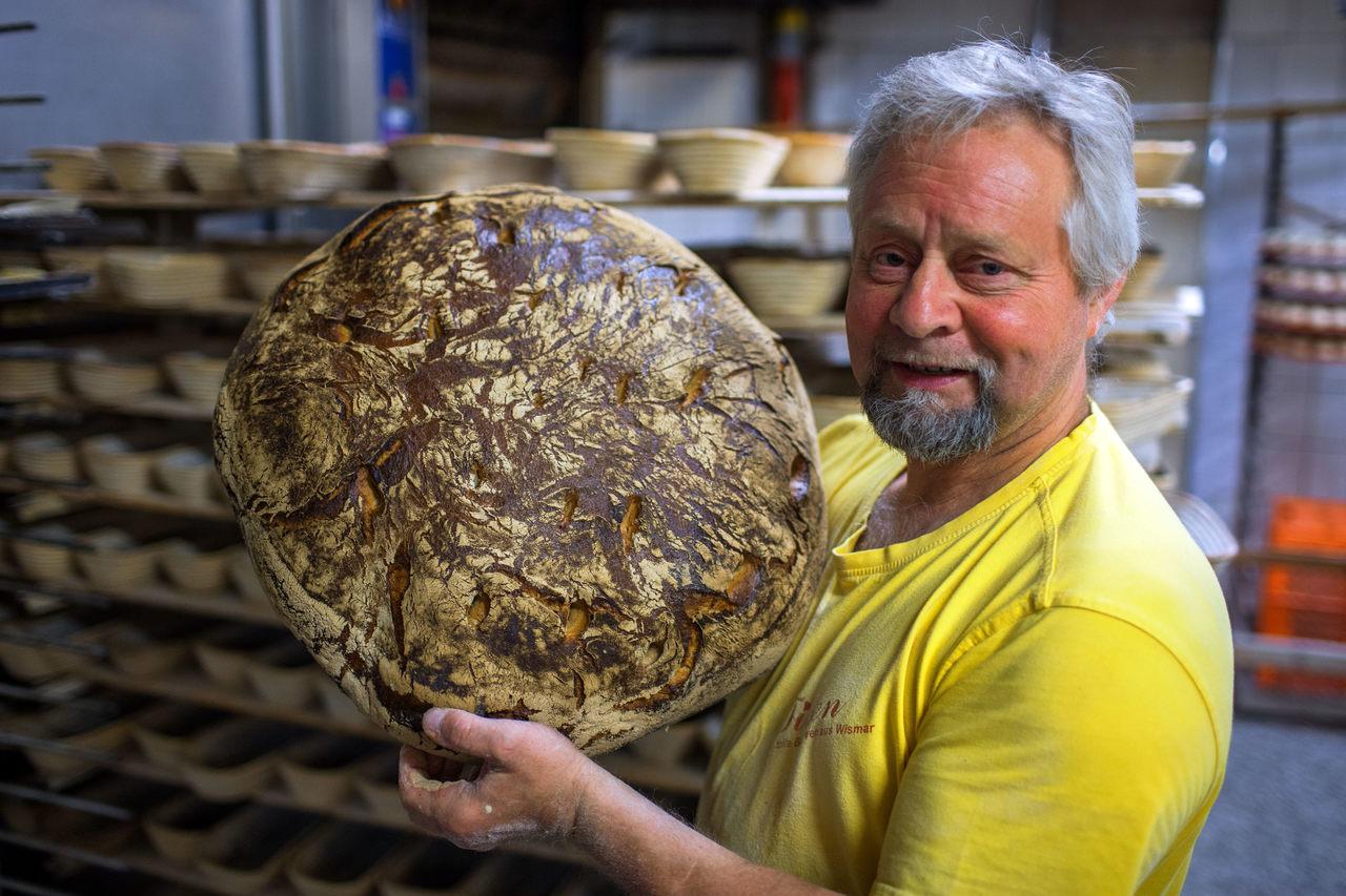 Bäckermeister Klaus Tilsen geht mit gutem Beispiel voran und spart aufgrund seiner durchgeführten Effizienzmaßnahmen jeden Monat Energiekosten in Höhe von 2 500 Euro (Foto: Bäckerei und Konditorei Adolf Tilsen GmbH)