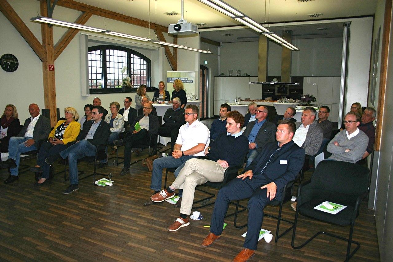 BU: Mehr als zwei Dutzend Unternehmer und Firmenchefs aus Wismar und Umgebung informieren sich zum Thema Fördermöglichkeiten in Sachen Energieeffizienz (Foto: MVeffizient/Peter Täufel)
