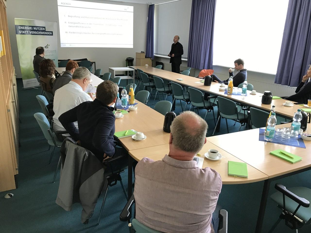BU: Technischer Berater Arne Rakel stellt Fördermöglichkeiten von Land und Bund für Energieeffizienzmaßnahmen vor (Foto: LEKA MV)