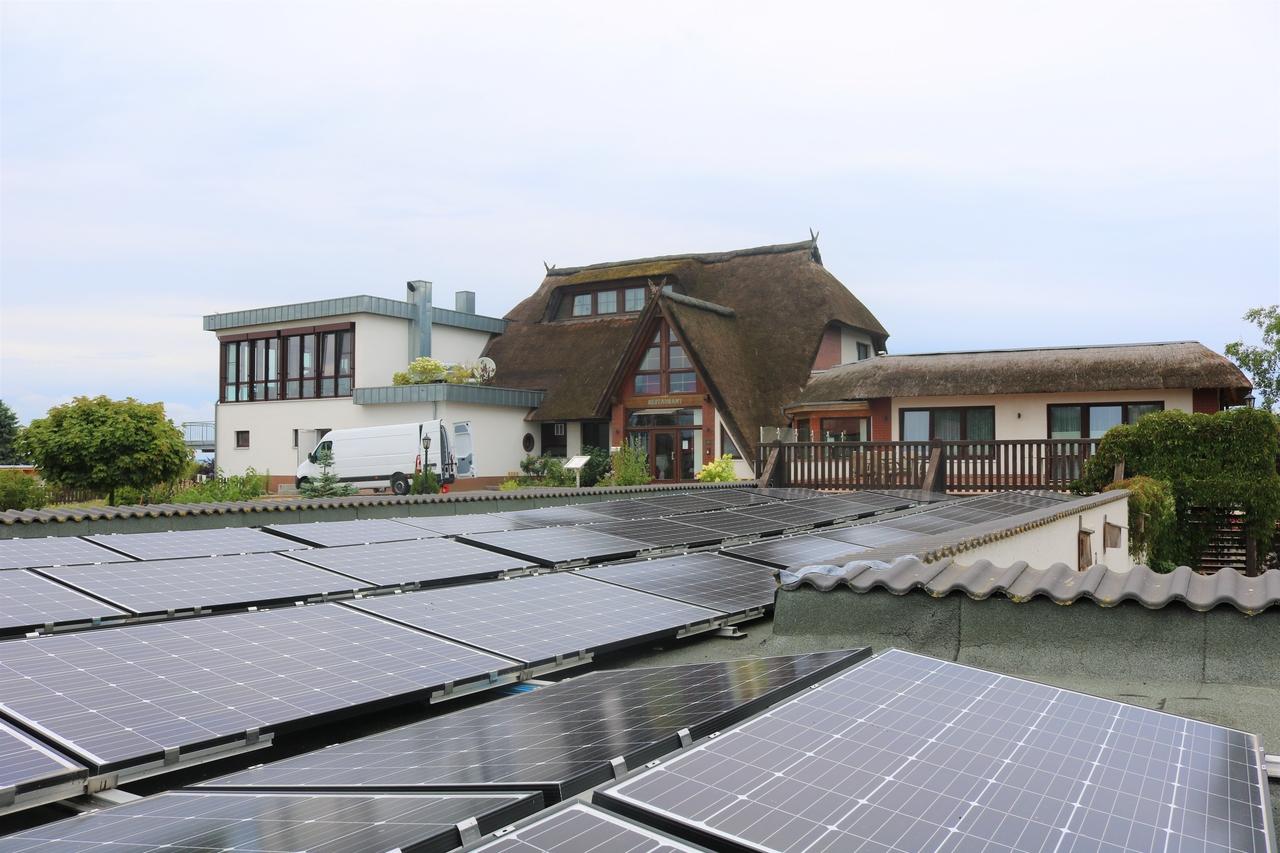 BU: Autarkie mit erneuerbaren Energien. Das Haffhus in Ueckermünde braucht kein öffentliches Netz mehr. Der Vorteil: Das spart nicht nur Netzentgelte und Steuern, sondern zusätzlich die gesamte EEG-Umlage. (Foto: Hotel & Ferienanlage Haffhus GmbH)