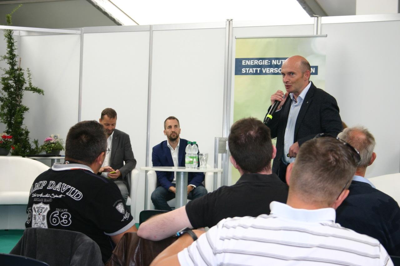 BU: Arne Rakel, Technischer Berater LEKA MV, erläutert die unterschiedlichen Speichersysteme für erneuerbare Energien (Foto: Peter Täufel)