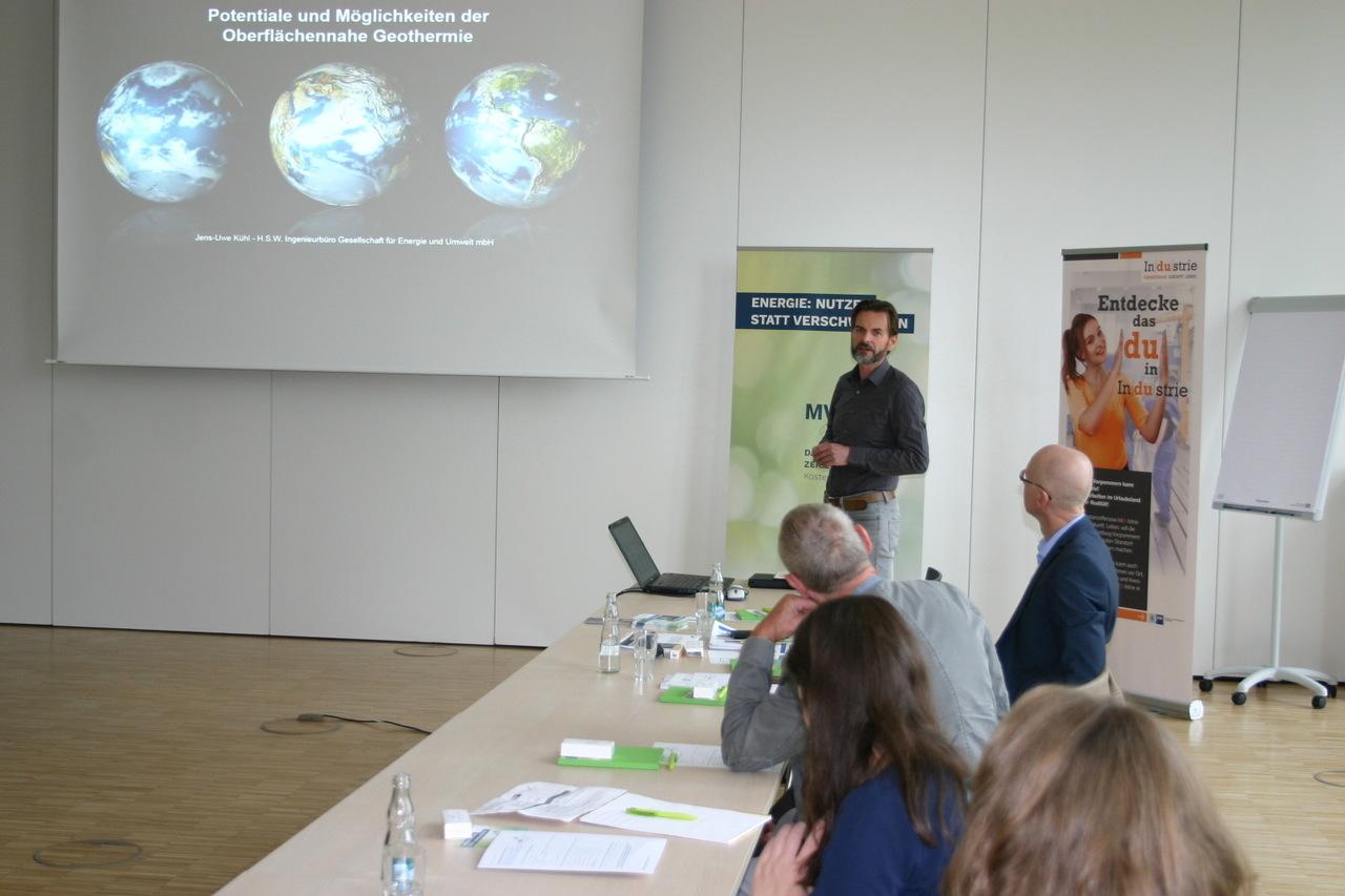 BU: Jens-Uwe Kühl, Geschäftsführer H.S.W. Ingenieurbüro Gesellschaft für Energie und Umwelt mbH, erläutert die Funktionsweise einer Wärmepumpe (Foto: Peter Täufel)