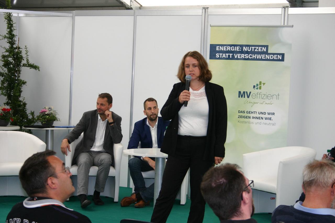 BU: Referentin Jennifer Hill stellt den Hochtemperaturspeicher der Lumenion GmbH vor (Foto: Peter Täufel)