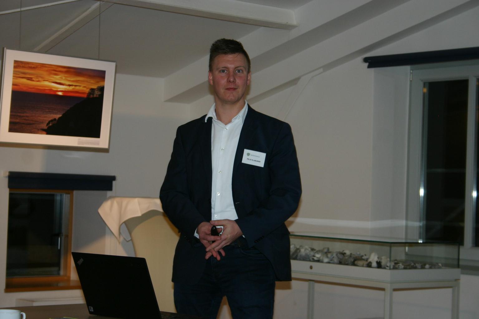 BU: Felix Klabunde von der betterspace GmbH (v. r.) erläutert Energieeinsparmöglichkeiten mit iQ Roomcontrol (Foto: Peter Täufel)