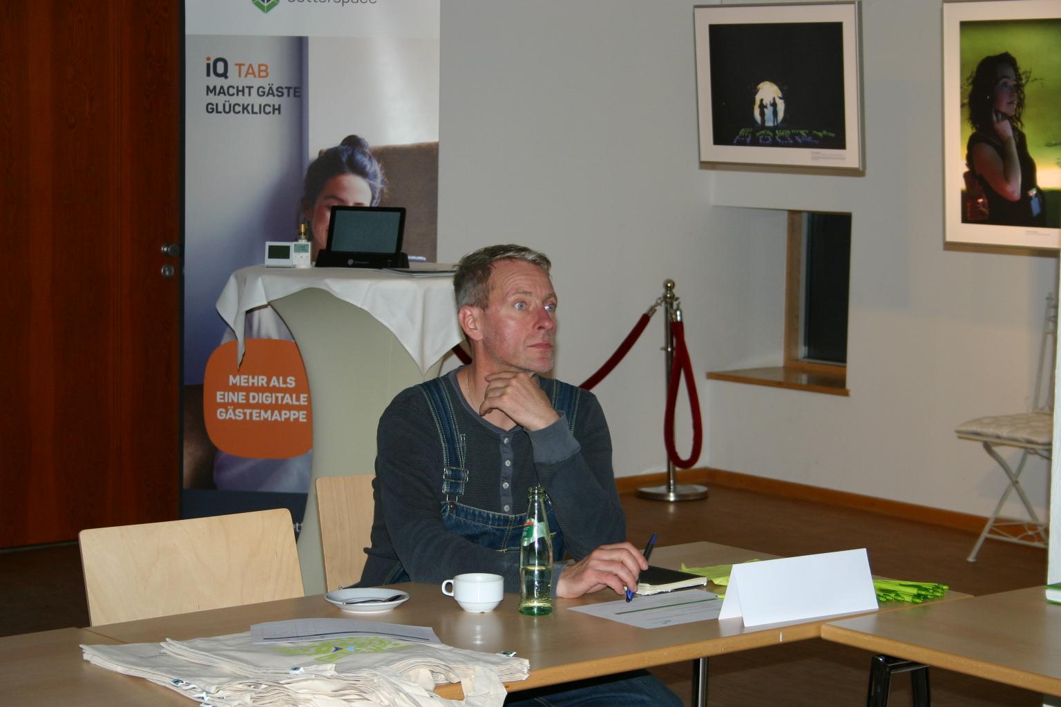 BU: Rocco Kuniß informiert sich beim MVeffizient-Stammtisch über digitale Energieeinsparlösungen für sein neues Hotelschiff (Foto: Peter Täufel)
