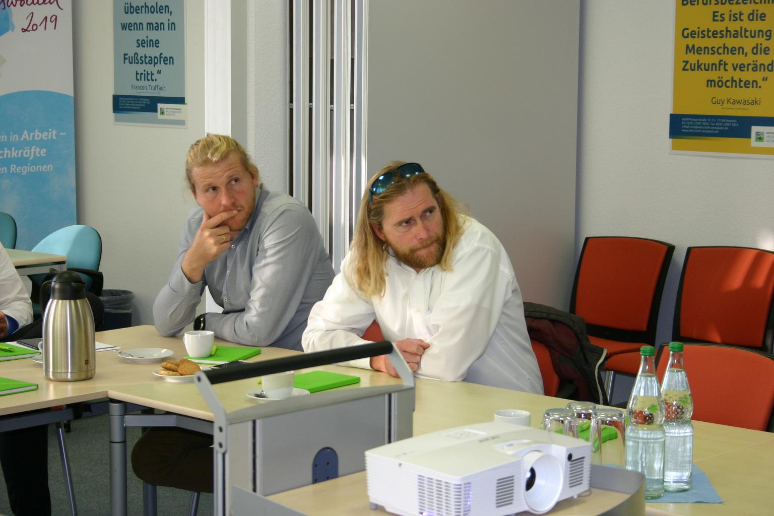 BU: Nicky und Sascha Zwerg vom Natur- und Strandcampingplatz in Jabel informieren sich beim MVeffizient Stammtisch über das Thema Eigenversorgung mit PV-Anlagen (Foto: Peter Täufel)