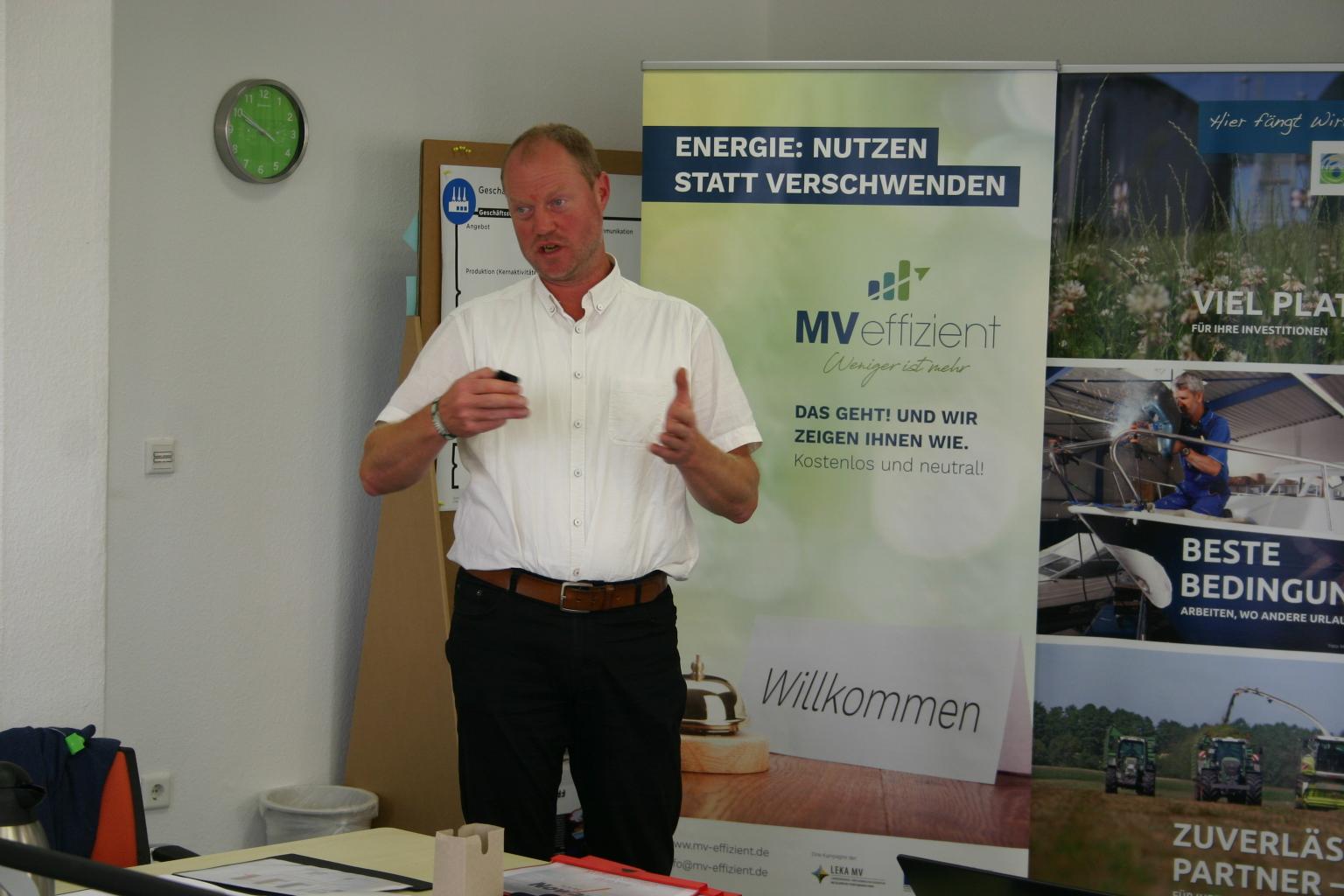 BU: Torsten Nowack erläutert die wirtschaftlichen und technischen Rahmenbedingungen zur Eigenversorgung mit PV-Anlagen im Unternehmen (Foto: Peter Täufel)