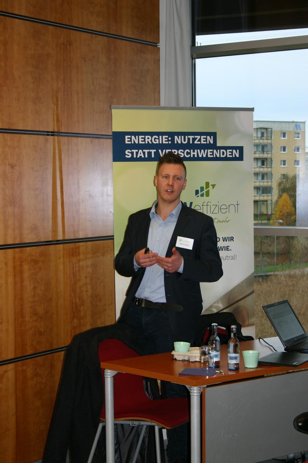 BU: Felix Klabunde von Betterspace zeigt auf, dass allein mit der belegungsabhängigen Steuerung der Heizung mindestens 25 Prozent der Energie gespart werden kann (Foto: LEKA MV/Peter Täufel)
