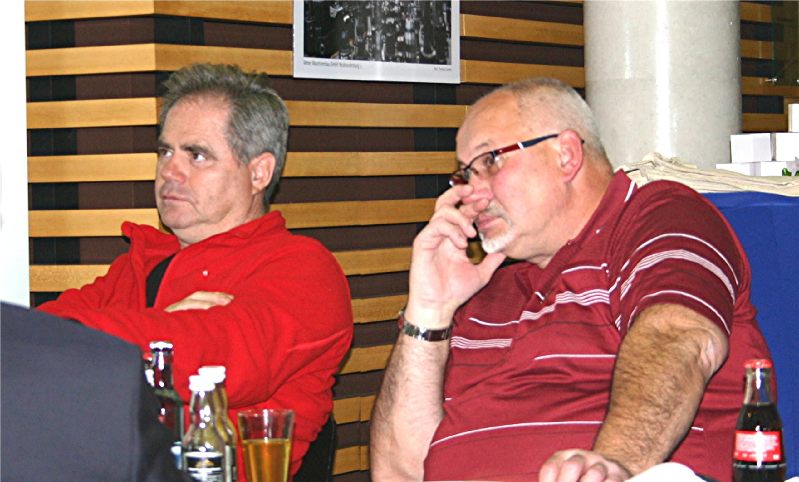 BU: Frank Götz-Schlingmann & Hans-Albrecht Witte informieren sich beim MVeffizient-Stammtisch über Ladeinfrastruktur für E- und Wasserstoffmobile (Foto: LEKA MV/Peter Täufel)