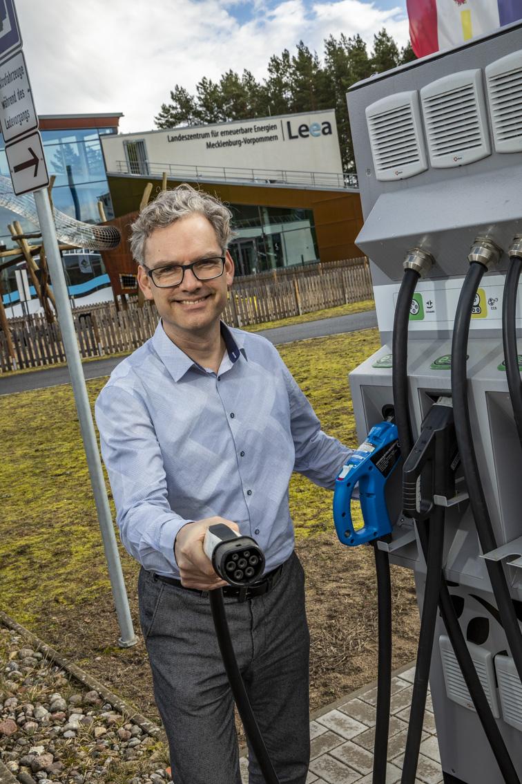 BU: E-Mobilitäts-Experte Frank Jakobi stellt beim MVeffizient-Stammtisch Konzepte für die bedarfsgerechte Ladeinfrastruktur im Unternehmen (Foto: LEKA MV)