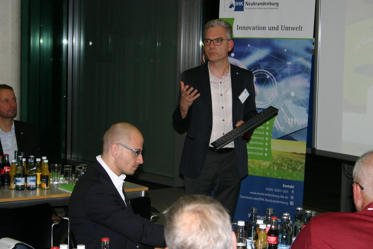 BU: Frank Jacobi, LEKA MV, stellt Best-Practice-Beispiele im Bereich Ladeinfrastruktur für E-Mobile mit Erneuerbaren Energien vor (Foto: LEKA MV/Peter Täufel)