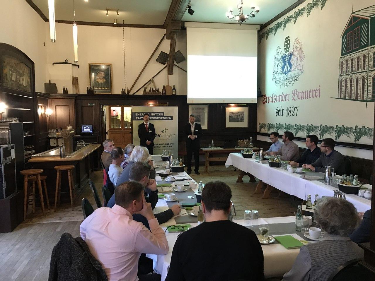 BU: Mathias Bartels, Leiter Energie und Technische Planung, erläutert Erfahrungen des Störtebeker Brauquartiers mit der installierten PV-Anlage (Foto: LEKA MV)