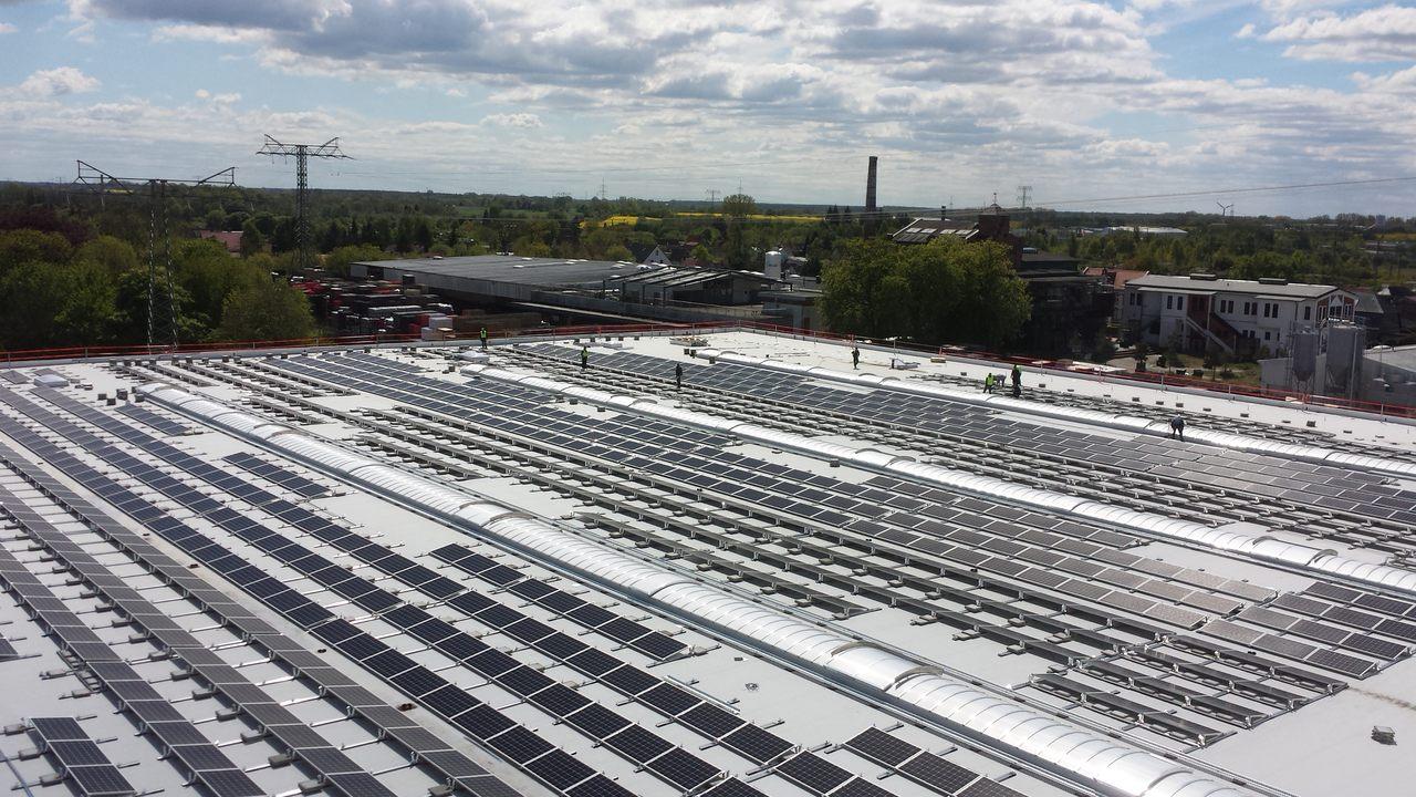 BU: PV-Anlage auf dem Dach des Störtebeker Brauquartiers (Foto: Störtebeker Brauquartier)