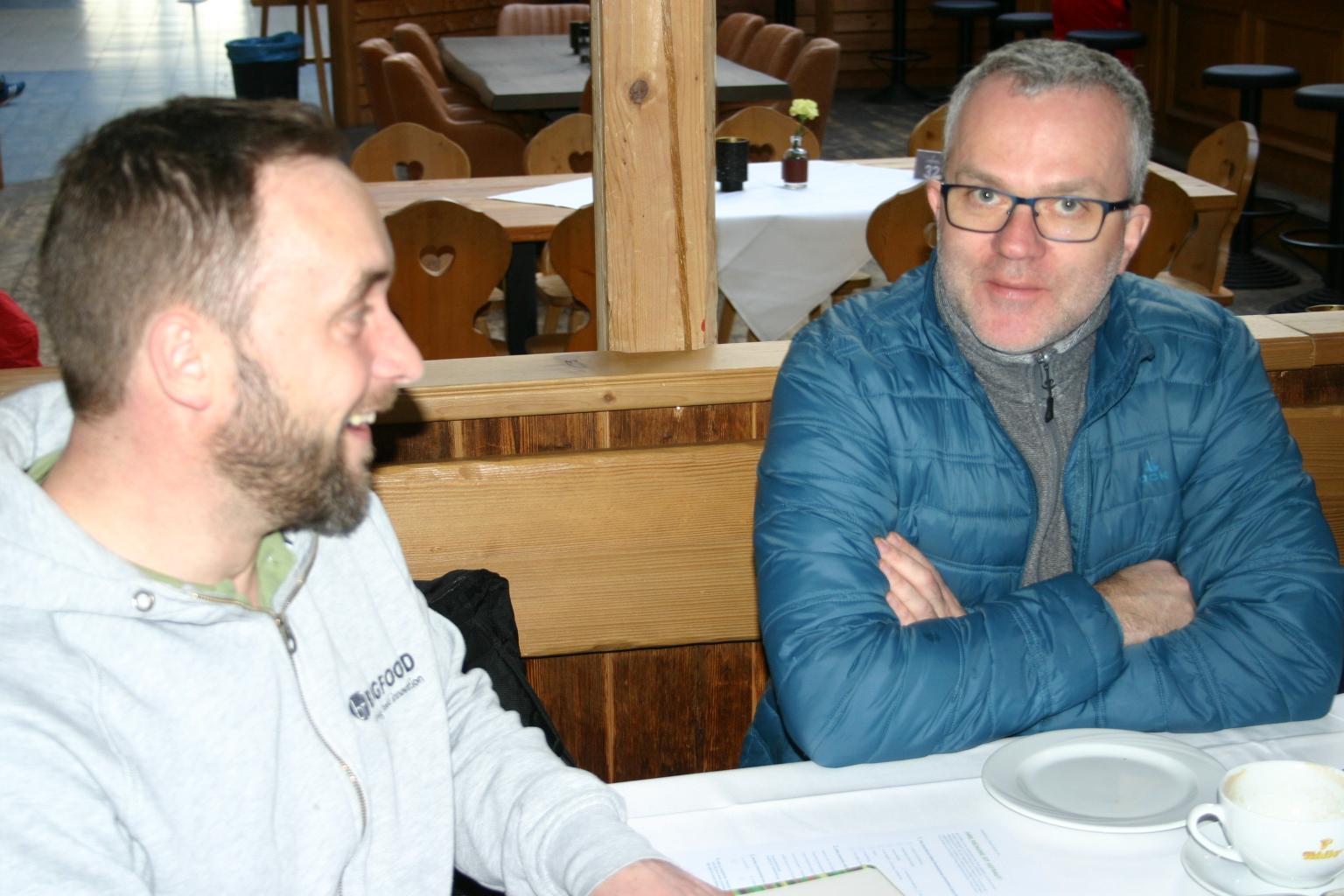 BU: Thomas Löhrmann kommt mit Verfahrenstechniker Henry Schwarz (v. l.) ins Gespräch. (Foto: MVeffizient, Peter Täufel)
