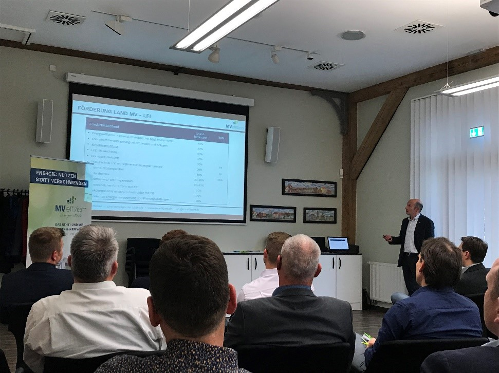 BU: Arne Rakel, Technischer Berater der LEKA MV für die Kampagne MVeffizient, stellt Unternehmern beim Stammtisch Fördermöglichkeiten für Energieeffizienzmaßnahmen vor (Foto: LEKA MV)