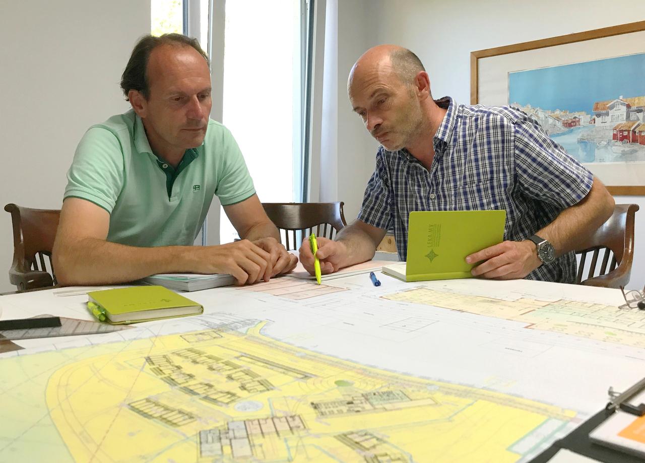 BU: Arne Rakel (r.), Technischer Berater der LEKA MV für die Kampagne MVeffizient im Gespräch mit Unternehmer in Boltenhagen (Foto: LEKA MV)