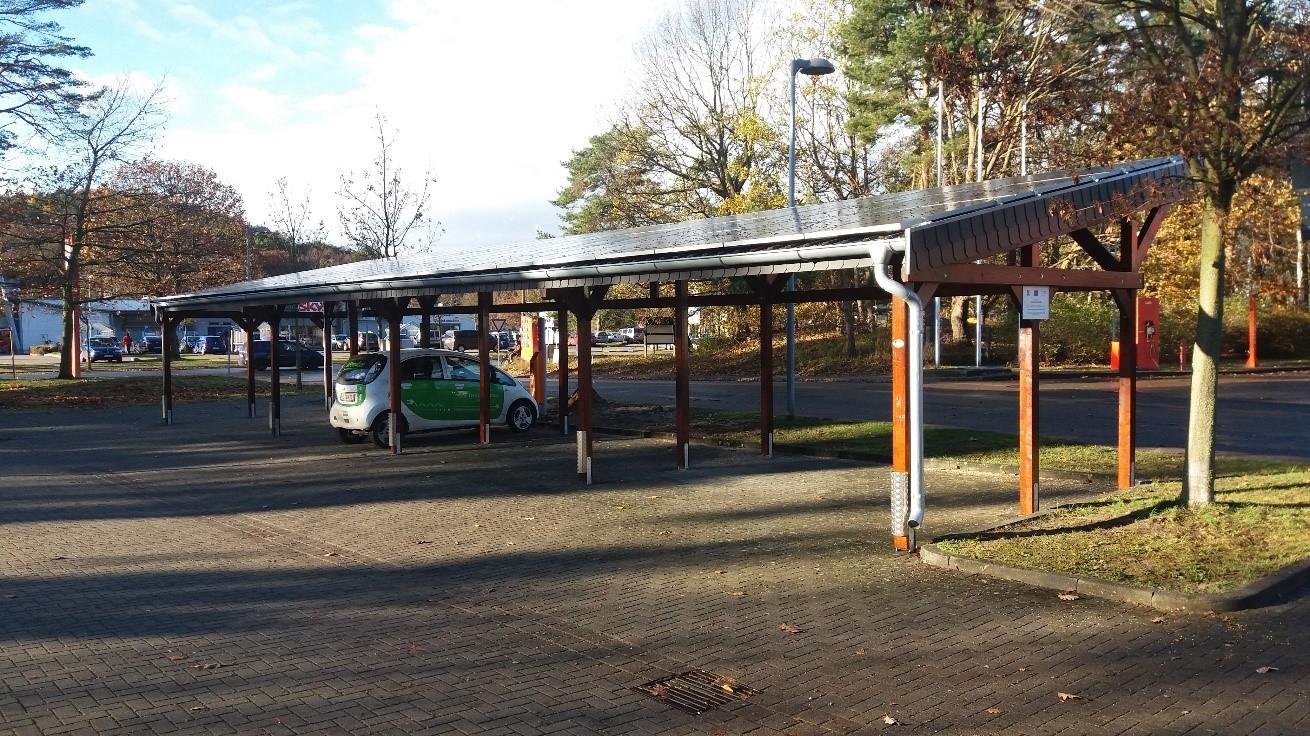 BU: Erneuerbare Energien und Elektromobilität: Wird das E-Auto mit Strom aus der PV-Anlage geladen, rentiert sich auch das Carport (Foto: Inselwerke eG).