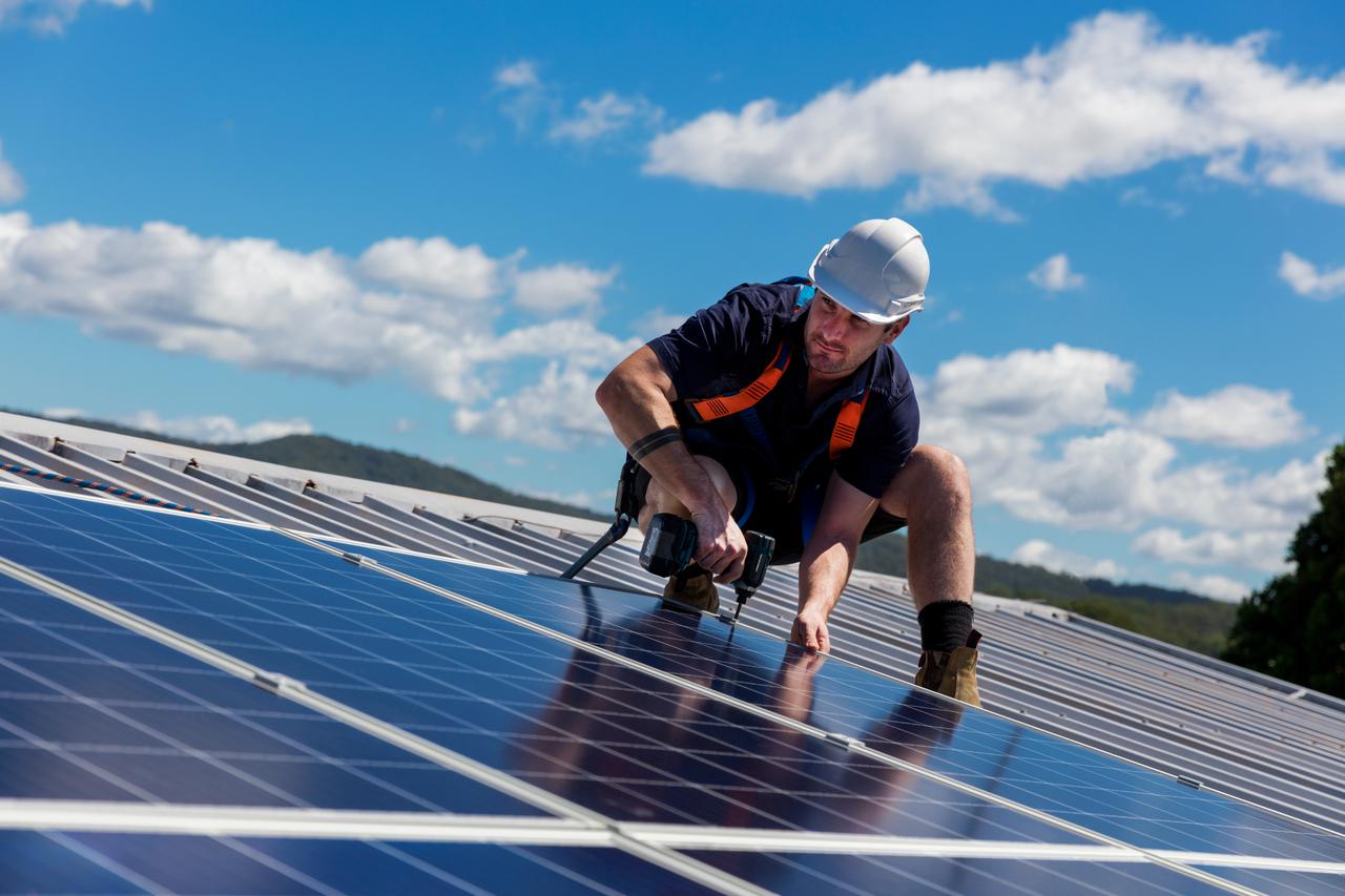 BU: Mit PV-Anlagen Strom einfach und sehr günstig selbst produzieren (Foto: Shutterstock)