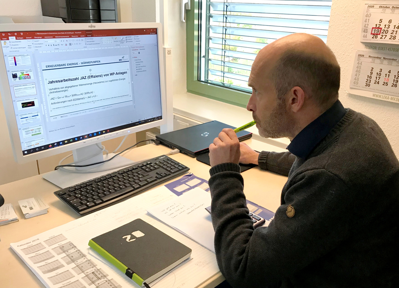 BU: Der Technische Berater Arne Rakel informiert die Unternehmer beim Online-Stammtisch. (Foto: LEKA MV)