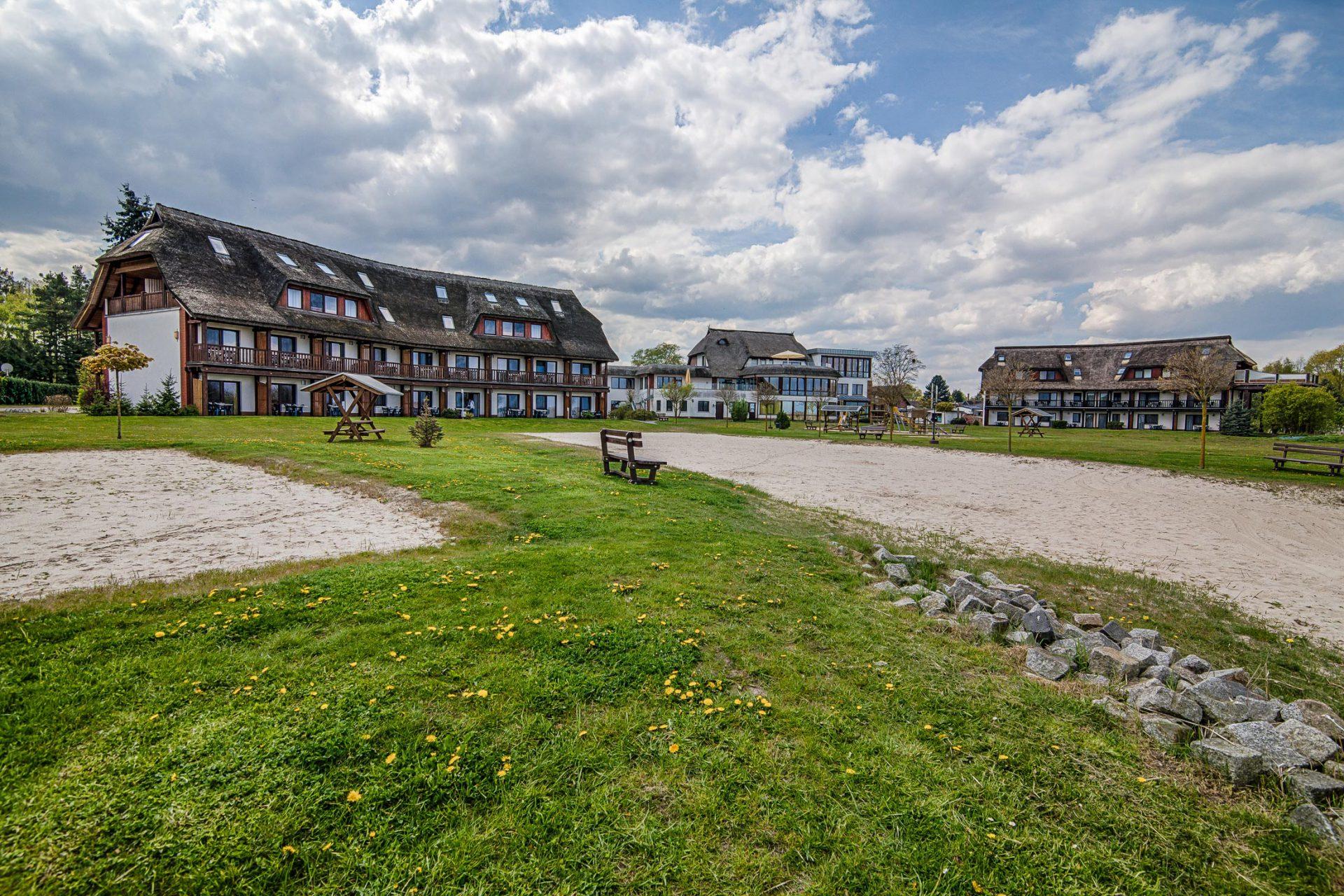 BU: Hotel- und Ferienanlage mit Vorzeigecharakter: Das Haffhus Ueckermünde versorgt sich bereits mit erneuerbarer Energie. Jetzt soll auch die Abwärme im SPA-Bereich noch effizient genutzt werden (Foto: Haffhus GmbH).
