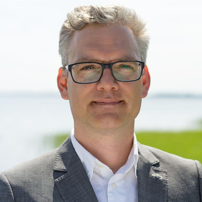BU: Frank Jacobi, Berater für Elektromobilität der Inselwerke eG Usedom berät Unternehmen in Sachen Ladestruktur (Foto: LEKA MV).