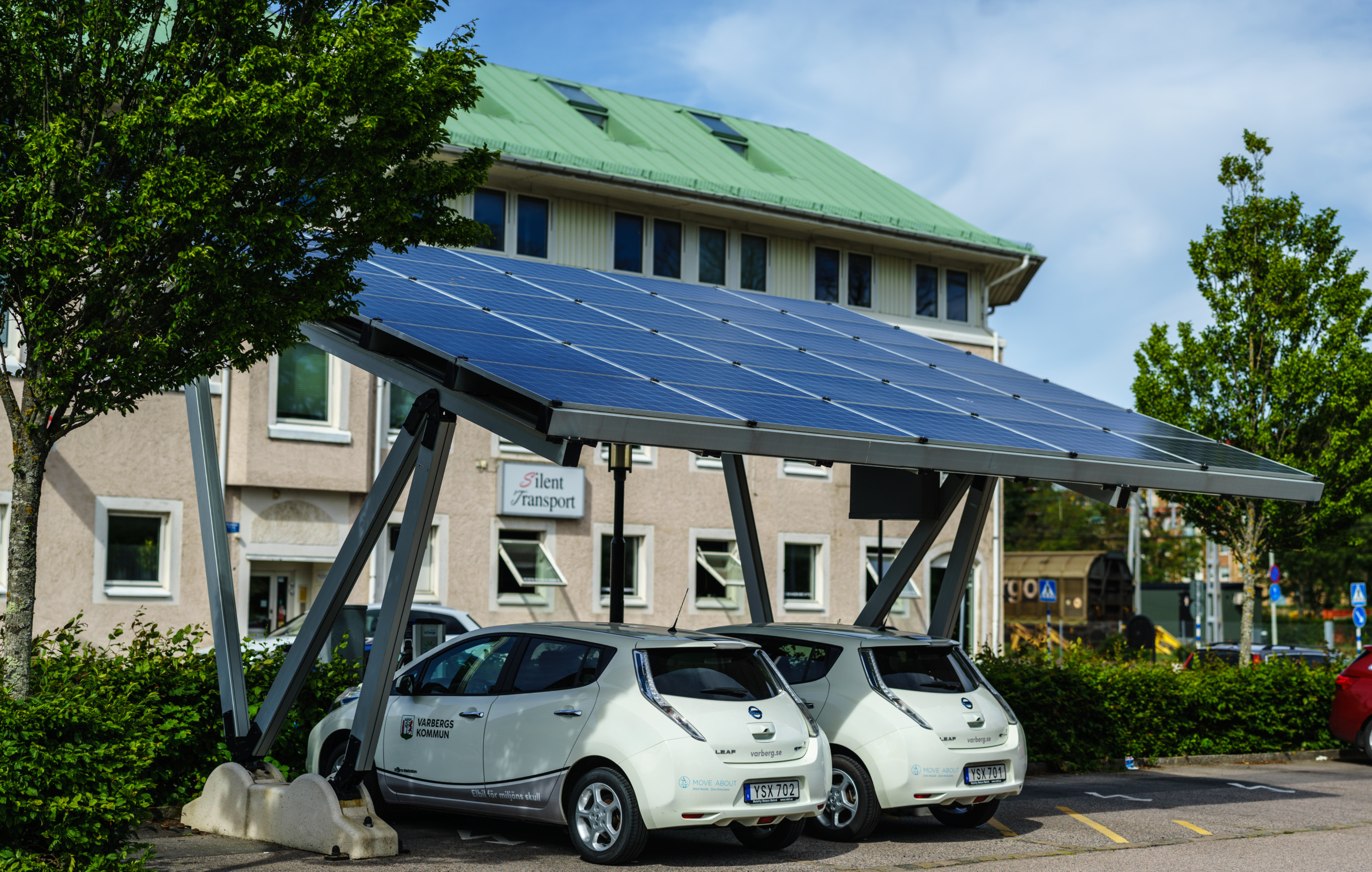 BU: Kosten senken und Klima schützen: PV-Anlage zum Laden des E-Fuhrparks nutzen (Foto: Shutterstock).