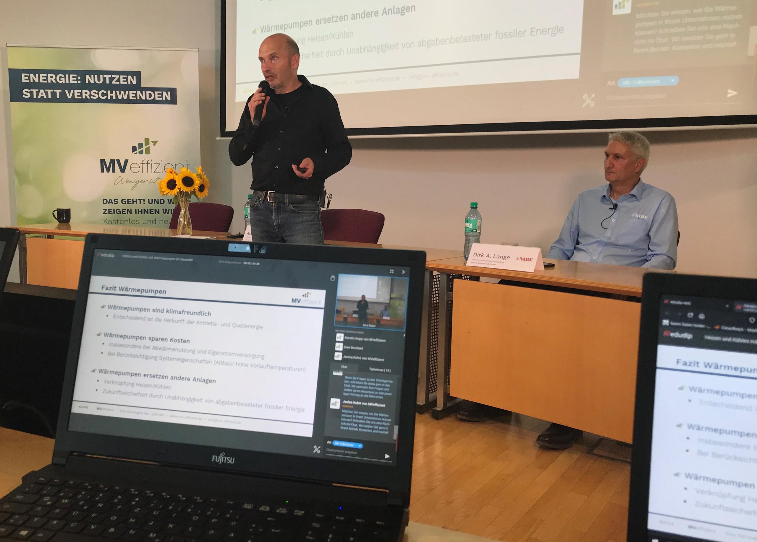 BU: Arne Rakel (li) und Dirk Andreas Lange stellen den Teilnehmern des Stammtisches die Wärmepumpen-Technologie vor (Foto: LEKA MV).