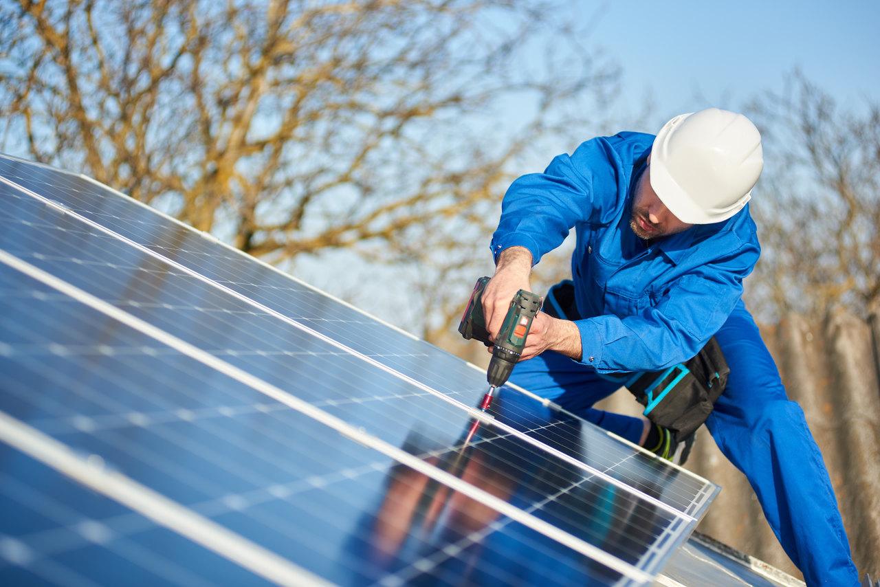 BU: Mit PV-Anlagen Strom einfach und sehr günstig selbst auf dem eigenen Firmendach erzeugen (Foto: Shutterstock)