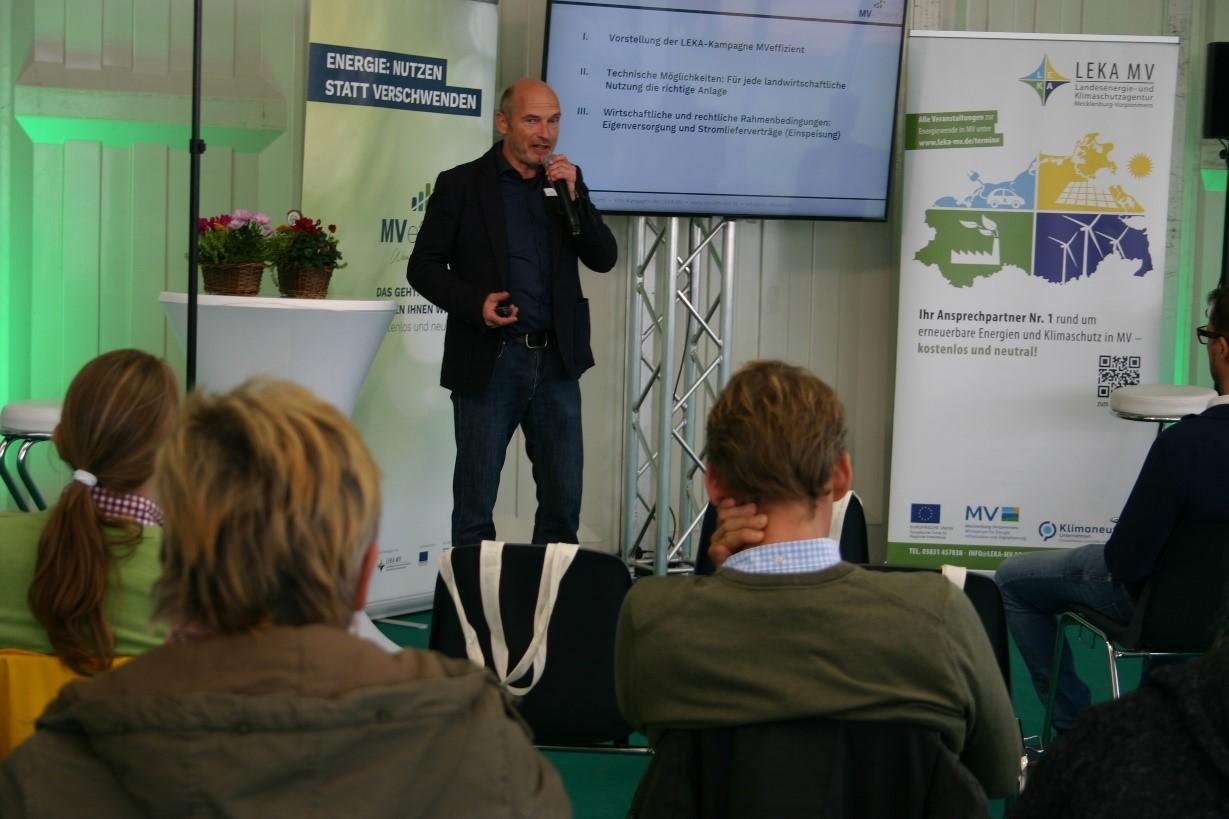 BU: Arne Rakel informiert Landwirte auf der MeLa über Agri-PV (Foto: Peter Täufel).