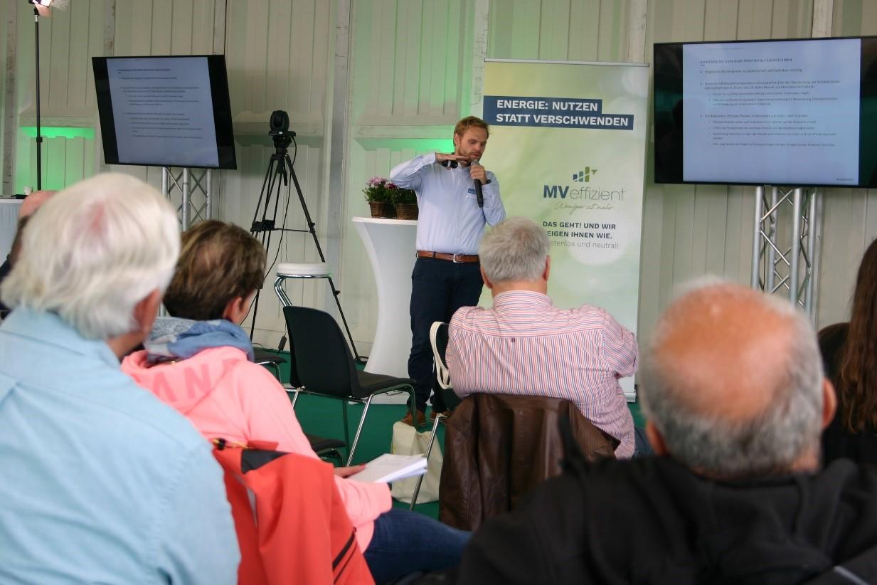 BU: Praktische Beispiele bereits existierender Anlagen im Bereich Agri-PV werden von Klaus Reiß vorgestellt (Foto: Peter Täufel).